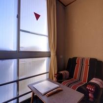 *和室6畳(トイレなし)/窓辺に腰かけて、ぼんやり外の景色を眺める。