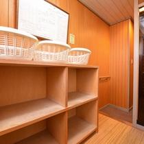 *脱衣処(小浴場)/必要最低限の設備が整った脱衣スペース。