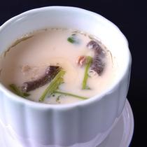 *お夕食一例(茶碗蒸し)/女将から若女将に受け継がれた自慢の一品。ぜひご賞味下さい。