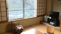 *和室8畳(トイレ付)/客室の窓からはJR陸羽東線が望めます。