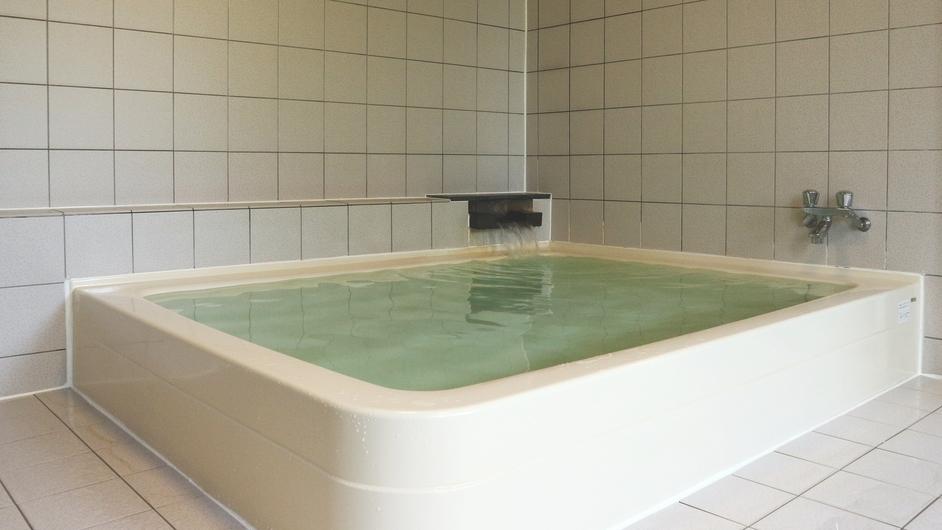 *【お風呂(男湯)】浴槽は大人4〜5人が入れる大きさです。