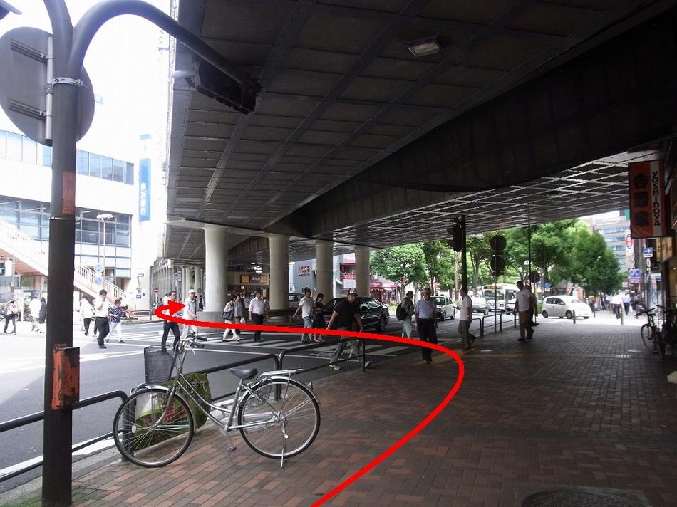 【京急鶴見駅より(6)】横断歩道を横浜銀行の方に渡ってください。渡ったら右折です。