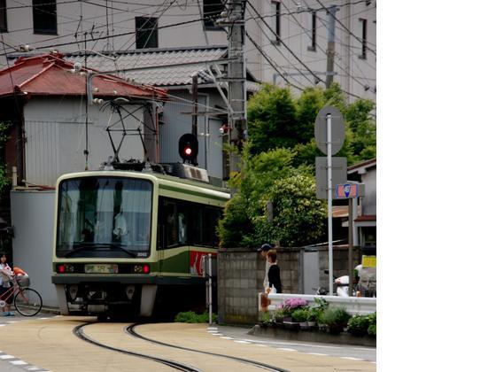 江ノ電は鎌倉から海岸線を走り江ノ島、藤沢へ至ります。