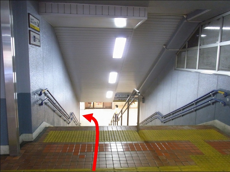 【京急鶴見駅より(3)】階段を降りたら左を向いてください。