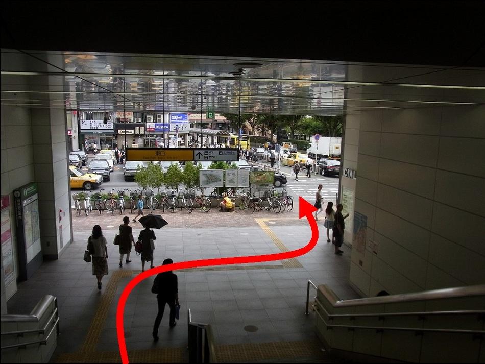 【JR鶴見駅より(3)】階段を降りるとちょっと右側に横断歩道が有ります。