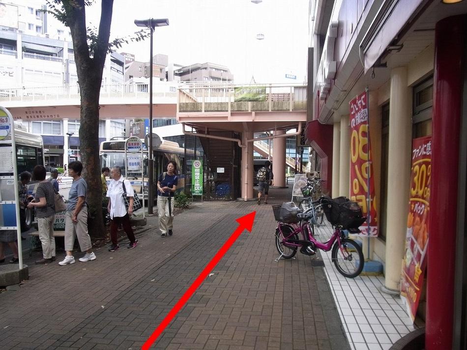 【京急鶴見駅より(5)】バスロータリーを左手に見ながら真っ直ぐ来てください。