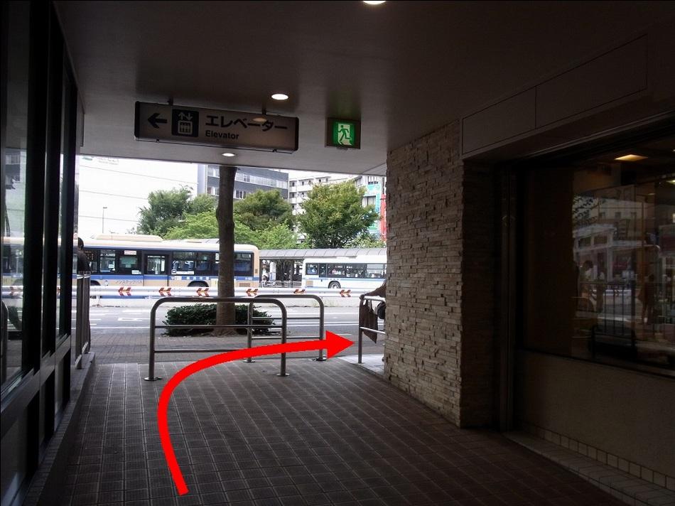 【京急鶴見駅より(4)】左側の出口を出たら右に曲がってください。