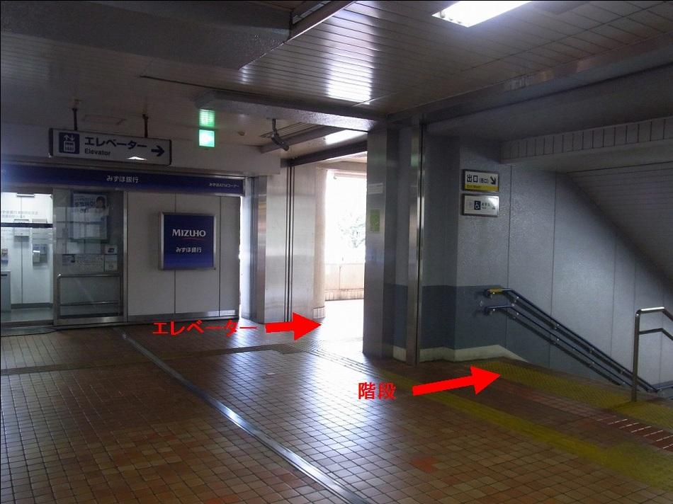 【京急鶴見駅より(2)】改札右側に手前から階段とエレベーターがございます。下に下りてください。