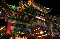 お腹が空いたら・・・食べ歩きも楽しい中華街へぜひ!横浜中華街は電車で約20分です。