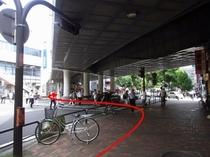 【京急鶴見駅より⑥】横断歩道を横浜銀行の方に渡ってください。渡ったら右折です。