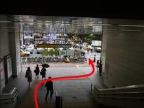 【JR鶴見駅より③】階段を降りるとちょっと右側に横断歩道が有ります。