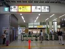 【JR鶴見駅より①】JR鶴見駅『東口』に出てください。東口の改札の中から外を見るとこんな感じです。