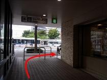 【京急鶴見駅より④】左側の出口を出たら右に曲がってください。