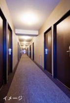 廊下も落ち着くシックなデザイン