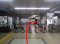 【京急鶴見駅より①】京急鶴見駅の改札は一箇所しかございません。出たら右に曲がってください。