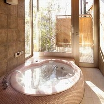 【離れかぐや・お風呂】窓の外には専用露天風呂も設置。自然との調和を考えトーンを抑えて設計。