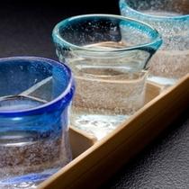【利き酒セット】地元ガラス作家特注グラスにて、3種類の地酒が楽しめます。