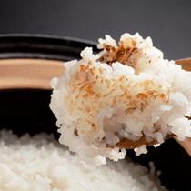 【朝ごはん一例】土釜で炊いたご飯。特におこげは美味