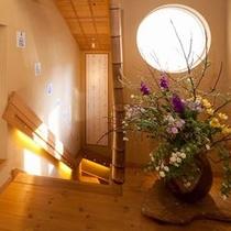 【離れかぐや・入口】かぐやは2階建て構造になっており、階段を下りると広々とした和室に続いています。