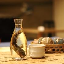 【かじかの骨酒】地元の川で採れたかじかを使っています。一口飲めば、その香ばしさにとりこ!