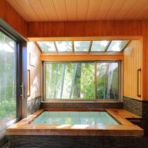 【帰天の湯(内風呂)】内風呂。夜は竹やぶがしっとりと包み、朝は光がやさしく差し込むお風呂です