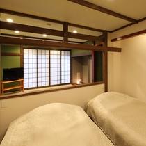 本館1階【くれ竹】洋室にはシモンズ製ツインベッドと50インチテレビ