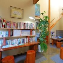 【ブックスペース】ラウンジ横の大きな書棚。館内のどこでもご利用いただけます