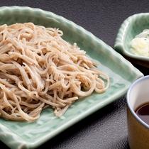 【田舎そば】あえて太めに切ってあるので、歯ごたえと香りが抜群の竹取のお蕎麦。ご賞味あれ