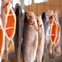 【食材】魚をさばくところから、ていねいに仕上げる燻製。あるじが30年かけて生み出したレシピです