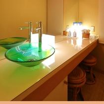 【離れかぐや】パウダールームには、長瀞のガラス工房「総」さん制作の洗面台