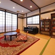 本館2階【月華】10畳和室(禁煙)アンティークの書棚がついたお部屋