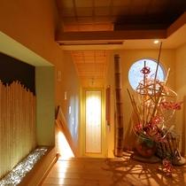 【離れかぐや】専用玄関では、お花がお出迎え。1階と地下1階の二階建ての造りです