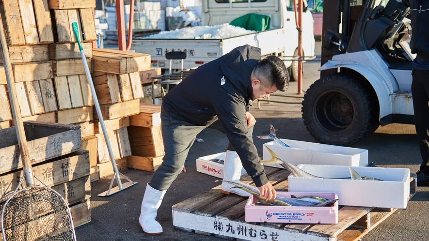 【北浦古江漁港】魚の状態を確かめる主人