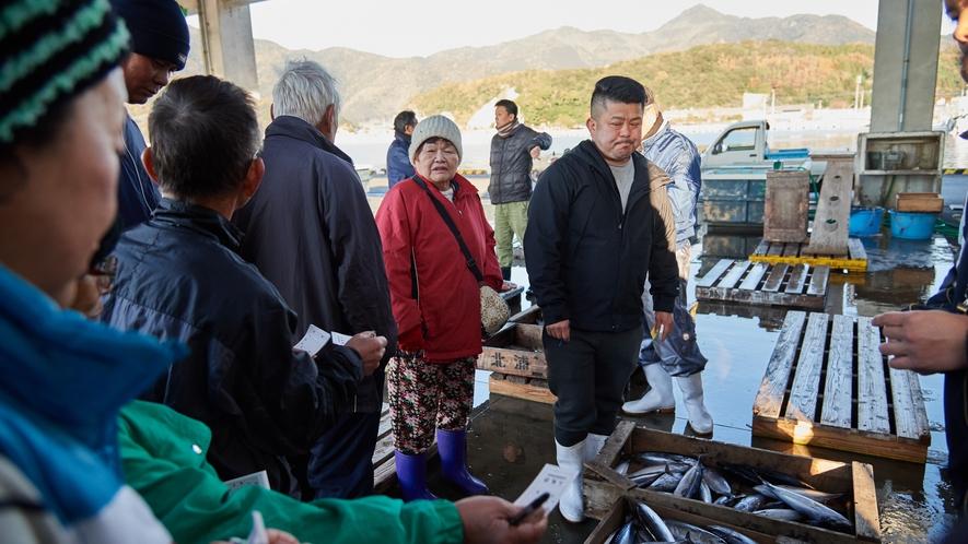 【北浦古江漁港】漁師に混じって上物の魚を狙う主人。