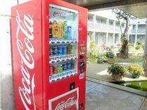 ソフトドリンクの自販機はロビーの外側に設置しております。