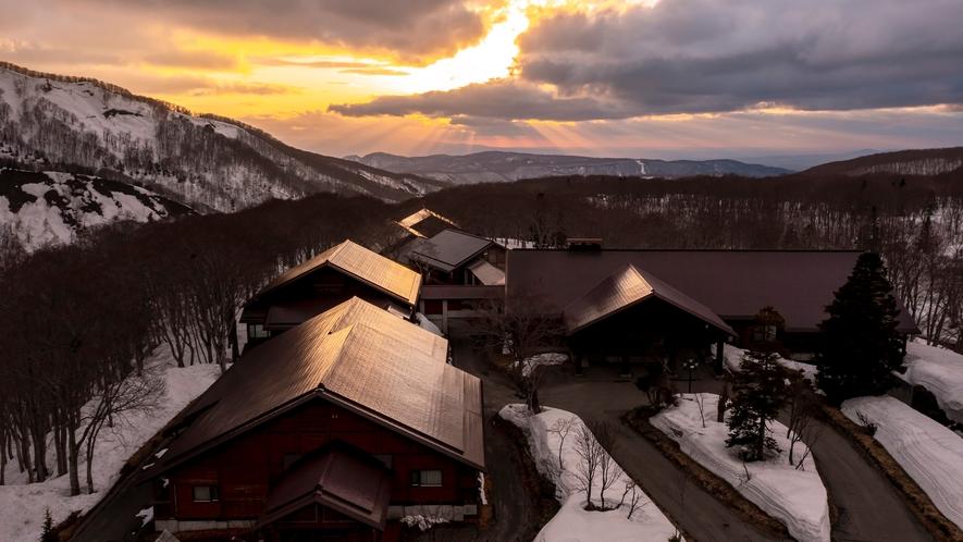 【外観】夕日に照らされた八甲田ホテル