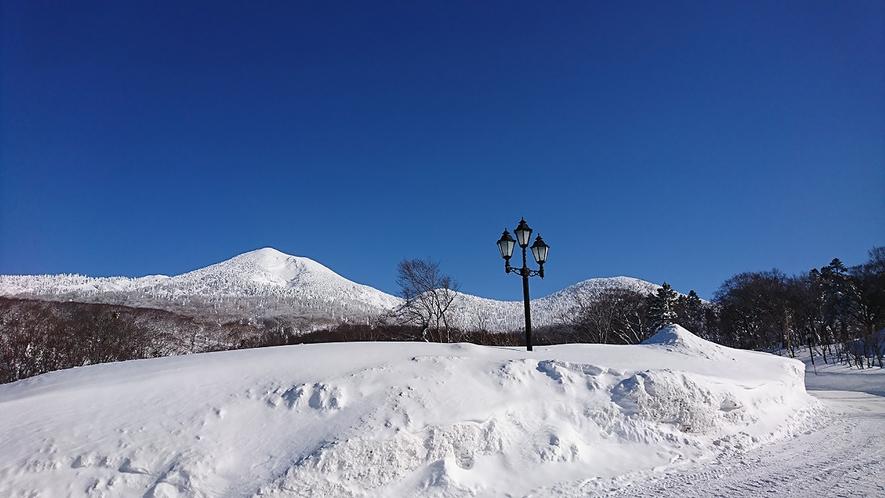 *【大岳(冬)】青空の下に美しく映える八甲田大岳。