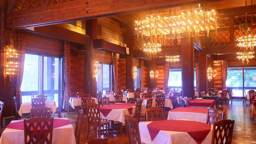 """【レストラン""""MeDeau""""】開放感あふれる空間とシャンデリアの煌めき。"""