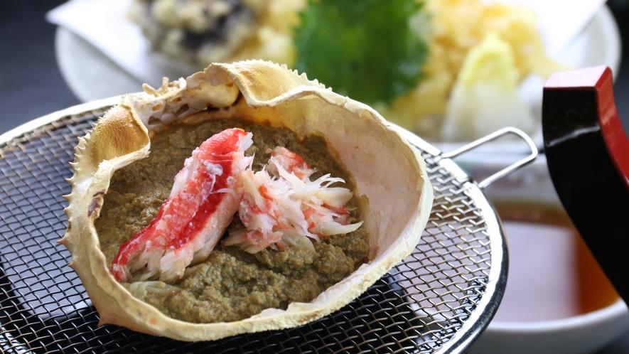 ■辛華メニュー 蟹みそ甲羅焼き カニ好きは注文必至!この贅沢、ぜひ味わってもらいたい…