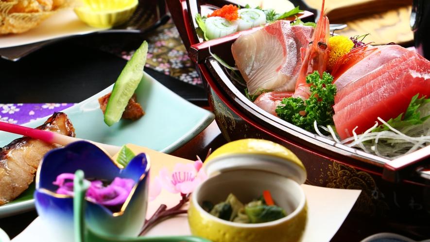 ■ご夕食 海鮮料理 前菜、刺身、揚物、焼物、椀物と海の幸たっぷりのお料理をご用意しております。