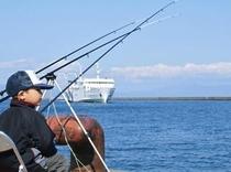 釣り大会で大物を待つ息子