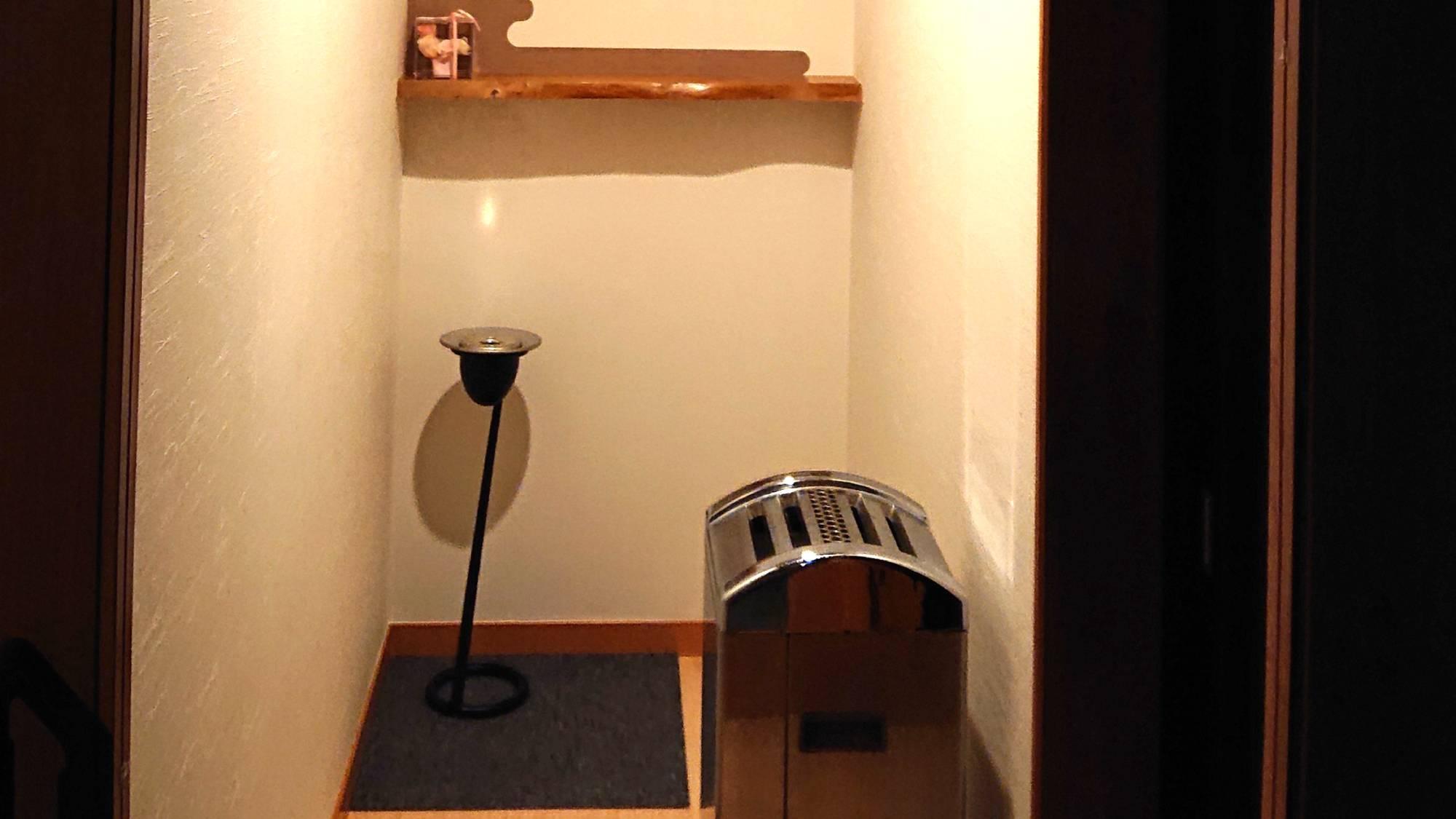 ・木の温もりを感じる喫煙室