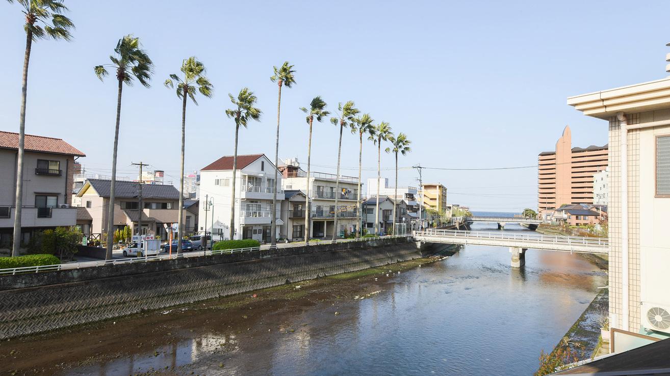 *【景観(和洋室)】浜脇の町並みと川が流れています。