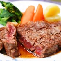 *夕食一例/伊那の地で昔から食べられる桜肉(馬肉)のステーキ。癖もなくさっぱり♪