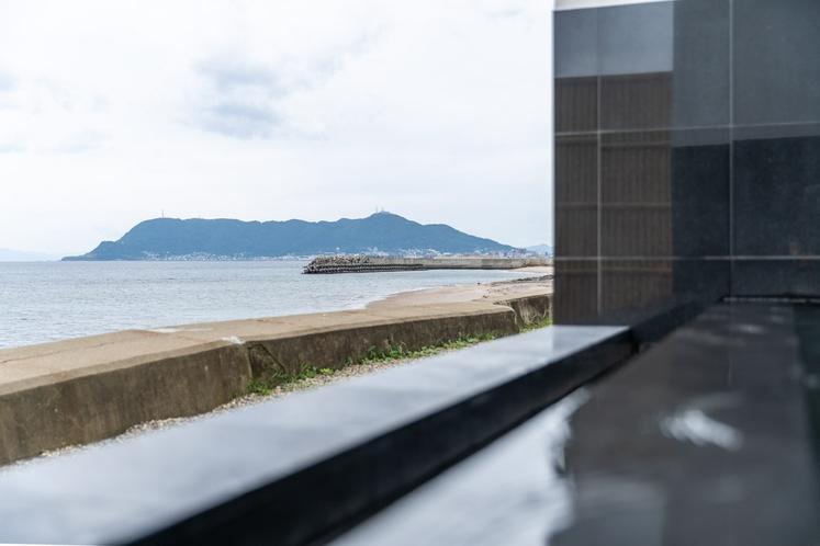 露天風呂から望む大森浜と函館山