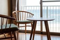 東海亭ではナラ材の温もりある家具
