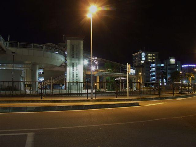 ホテル前のバスターミナルから見た夜の風景(右奥が当館です)