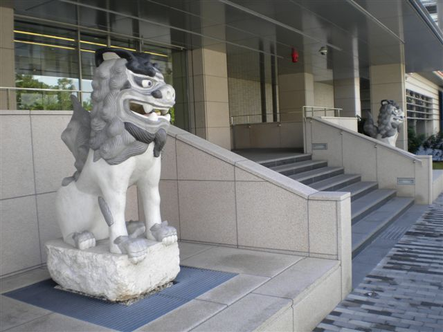 ホテルより徒歩10分ほど 日本銀行入口のシーサー(可愛い)