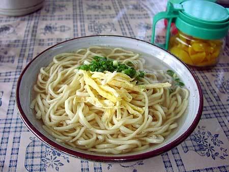 同じそばでも 宮古そばは麺の下に具が全て入っている 細麺でカツオだしが特徴