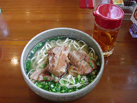 沖縄定番郷土料理ソーキそば お店の数だけ味が楽しめます (日本蕎麦とはまったく異なります)